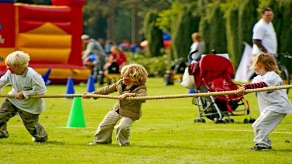 Giochi-allaperto-durante-una-fetsa-di-compleanno-per-bambini-il-tiro-alla-fune.jpg